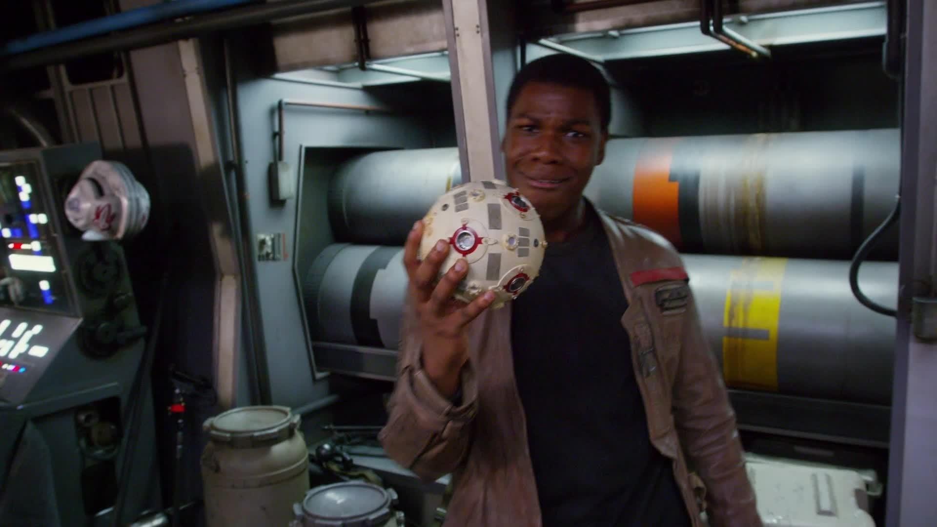 Star Wars en DVD – Bonus : John Boyega découvre le Faucon Millenium